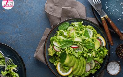 Blattsalate mit Gurke und Avocado für den Schutz unserer Zellen