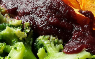 Schnelle Rote-Bete-Sauce zu Kürbisspalten aus dem Ofen und Brokkoli